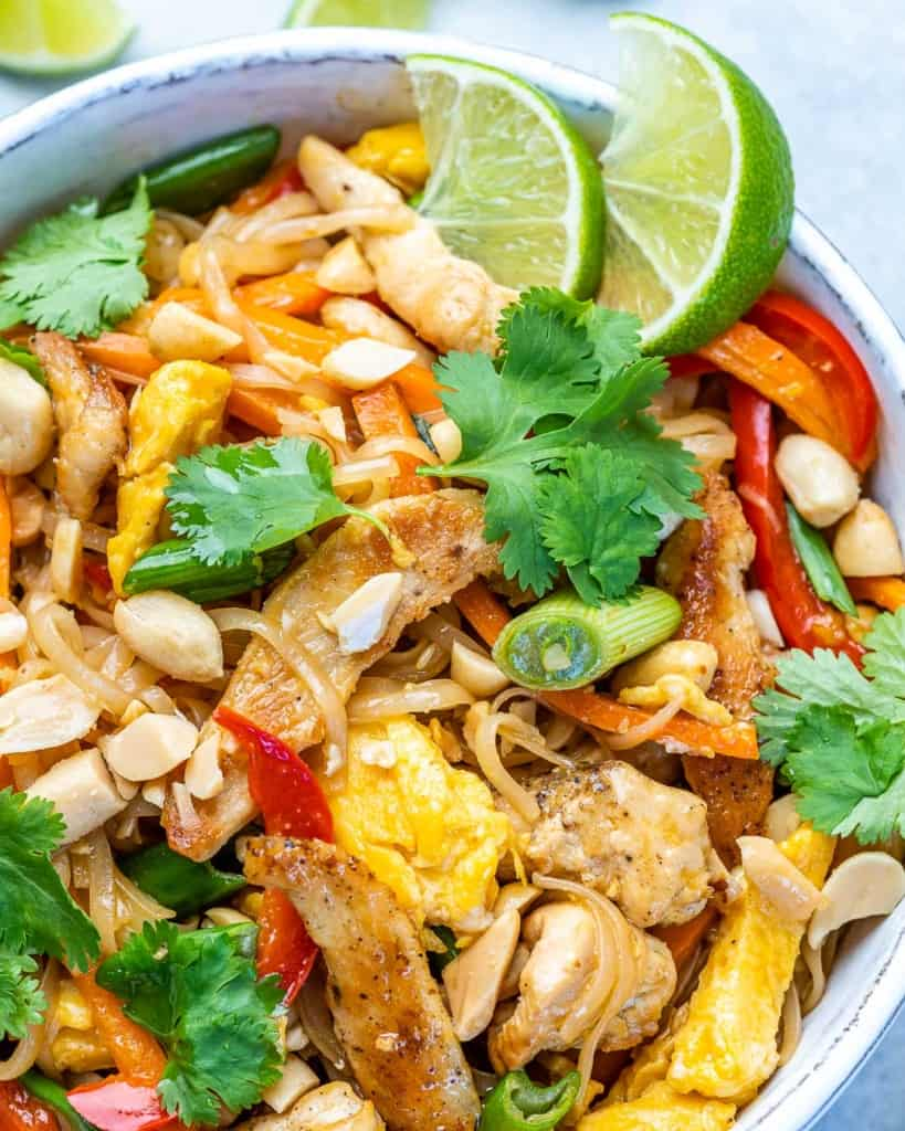 Close up of pad thai with chicken.
