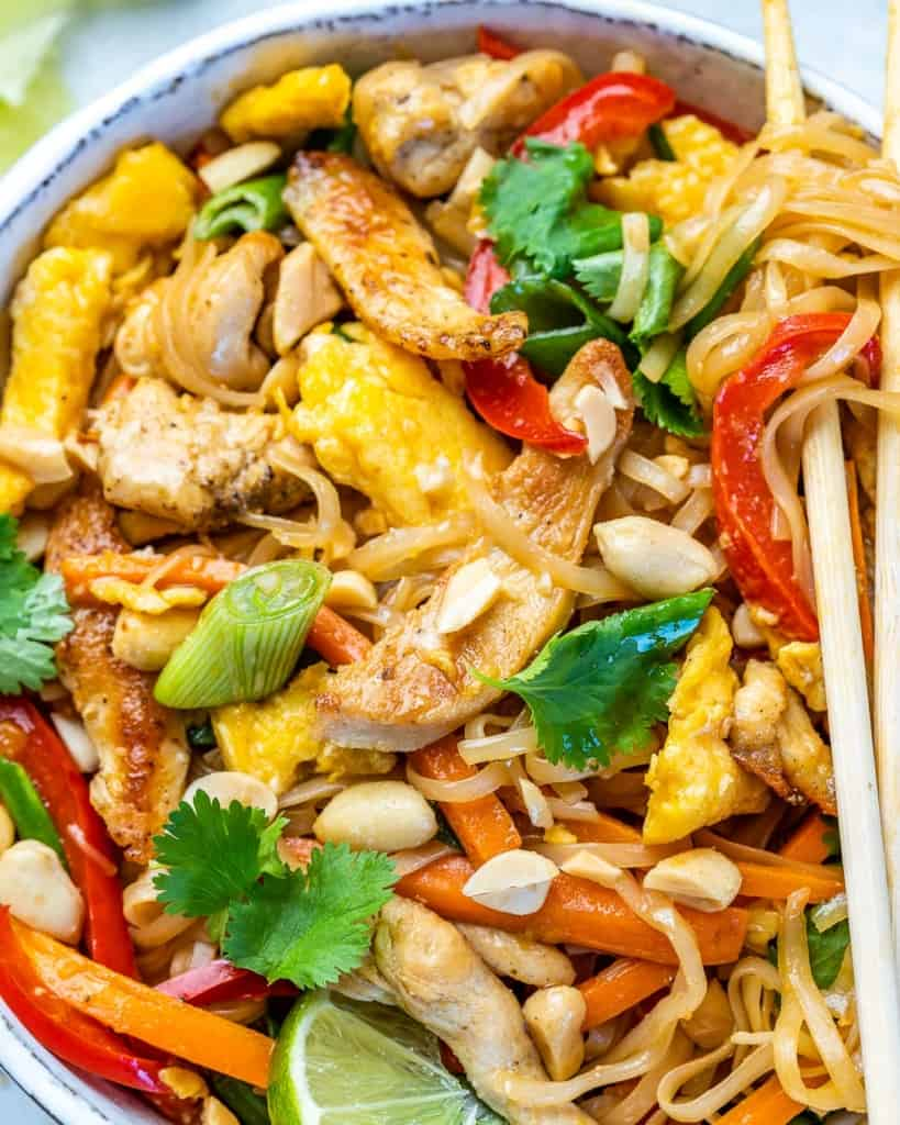 Close up of a bowl of chicken pad thai.