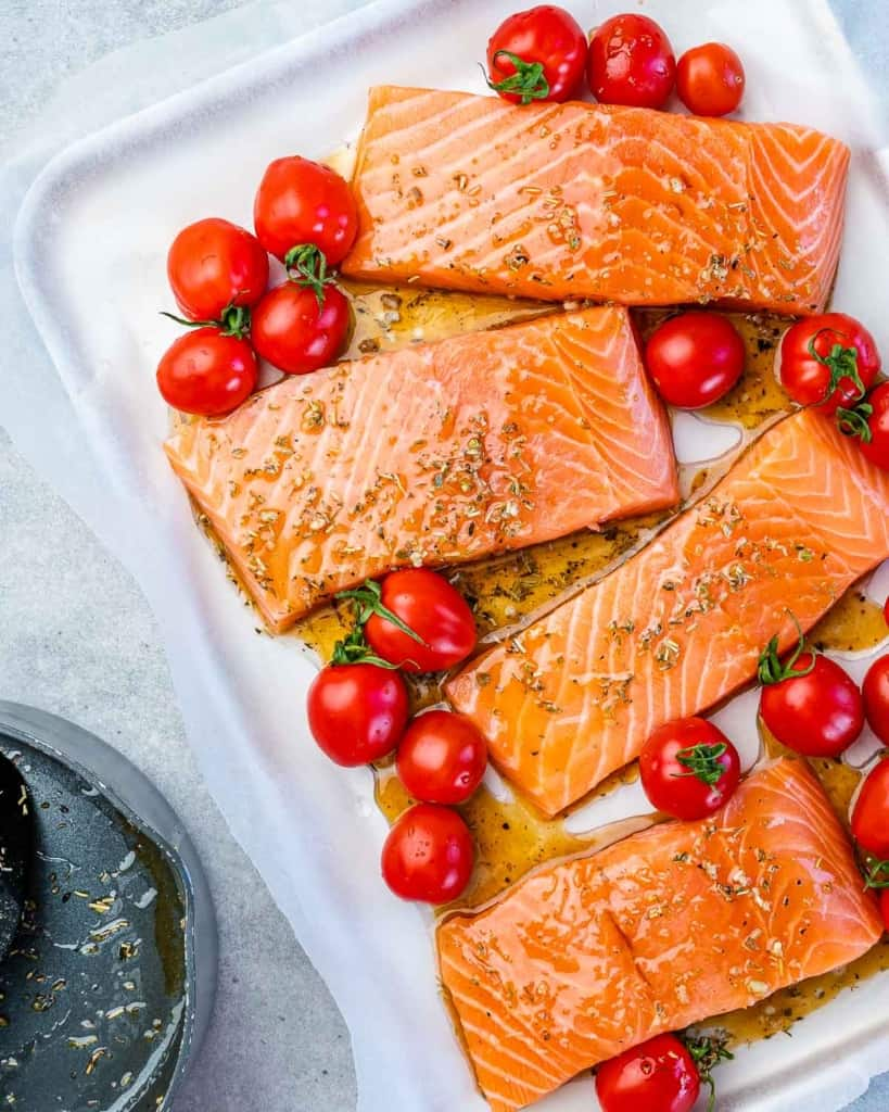 Salmon fillets with tomatoes and seasoning